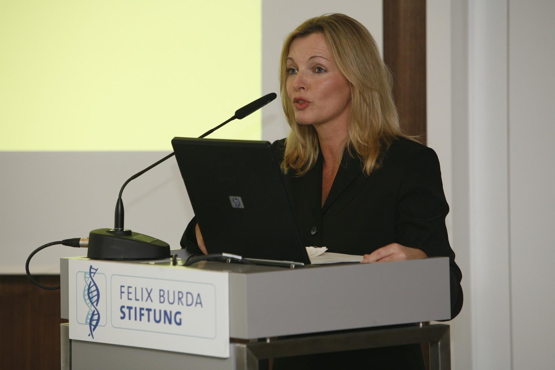 Foto: Bettina Miserre moderiert die Pressekonfernz der Felix Burda Stiftung