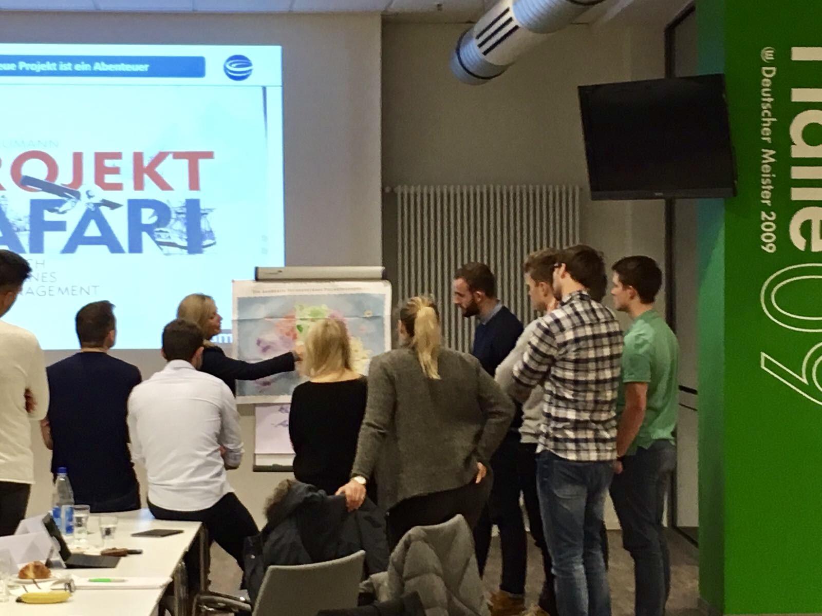 Foto: Dozentin Bettina Miserre mit Seminarteilnehmern am VfL Wolfsburg Campus