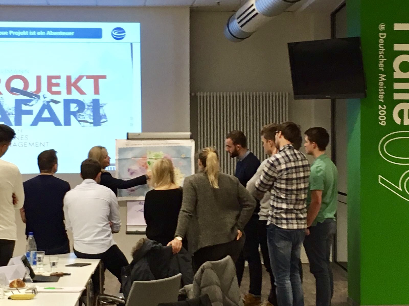Foto: Dozentin Bettina Miserre mit Seminarteilnehmern am VfL Wolfsburg Campus über Agilität und Projektmanagement