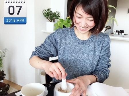 東京リラックセーションアカデミースクールブログ。アロマセラピストコース在校生伊藤さんのアロマクラフト作成中の写真