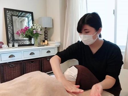 東京リラックセーションアカデミースクールブログ。ボディセラピストコース加藤さんの施術写真