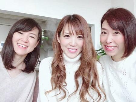 東京リラックセーションアカデミースクールブログ。リンパケアリストコース在校生鈴木さんと卒業生安島さんの写真