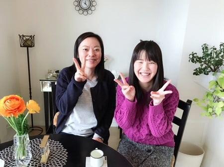 東京リラックセーションアカデミースクールブログ。リンパケアリストコース卒業生高野さんとボディセラピストコース卒業生桑名さんの写真