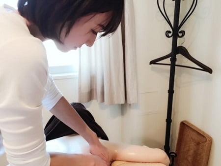 【リンパオイルトリートメント施術写真】アロマセラピストコース 伊藤さん