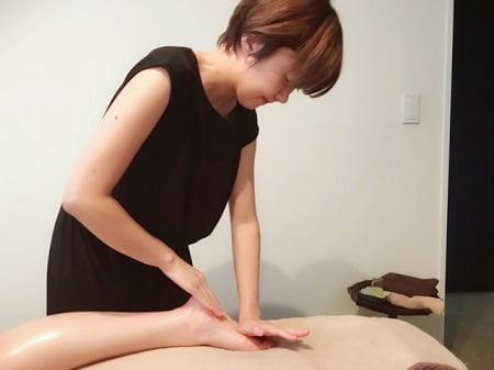 東京リラックセーションアカデミースクールブログ。ボディセラピストコース在校生伊澤さんの施術写真