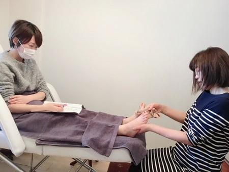 東京リラックセーションアカデミースクールブログ。ボディセラピストコース在校生渡邉さんと伊澤さんの施術写真