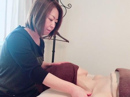 東京リラックセーションアカデミースクールブログ。リンパケアリストコース在校生今野さんの施術写真