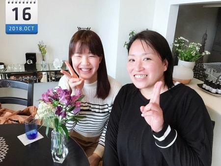 東京リラックセーションアカデミースクールブログ。全身リンパオイルトリートメントコース在校生花谷さんとボディセラピストコース卒業生桑名さんの2人の記念写真
