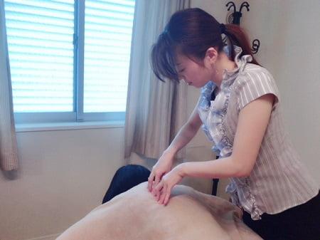 東京リラックセーションアカデミースクールブログ。ボディケアリストコース在校生井坂さんの施術写真