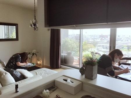 ボディケアリストコース卒業生樋口さんと市澤さんの筆記テスト中の写真