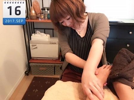 東京リラックセーションアカデミースクールブログ。フットセラピストコース在校生若井さんの施術写真