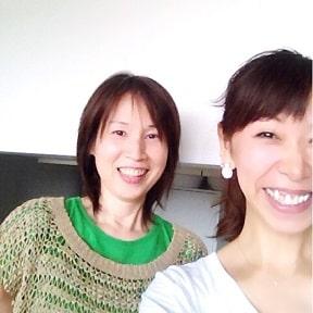 東京リラックセーションアカデミースクールブログ。寝て行うヘッドマッサージ、目の疲れ20分コースが学べる講習受講生の写真