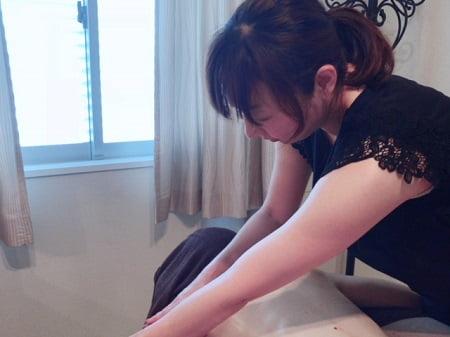 東京リラックセーションアカデミースクールブログ。ボディセラピストコース卒業!染井さんの施術写真