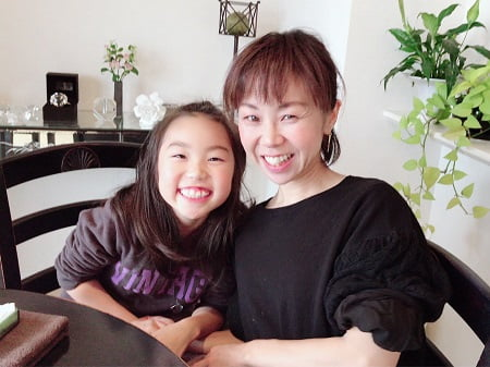 東京リラックセーションアカデミースクールブログ。ハンドマッサージ講習受講生小原さん親子の写真