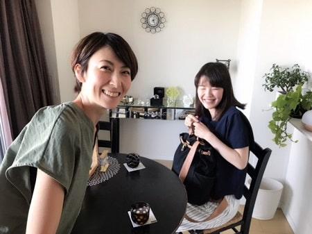 ボディセラピストコース卒業生桑名さんとボディケアリストコース在校生伊藤さんの記念写真