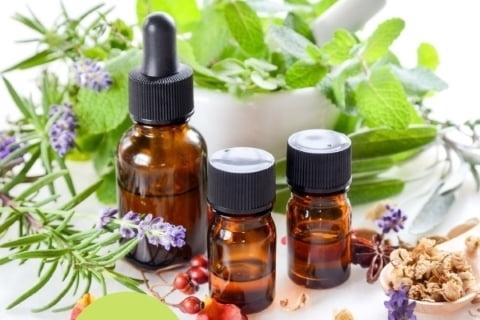 アロマセラピストコースの実習では、リップクリームやジェル、バスフィズや香水などをアロマで作ります。