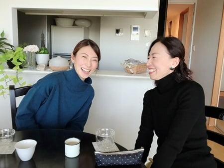 東京リラックセーションアカデミースクールブログ。アロマセラピストコース卒業生伊藤さんとボディセラピストコース錦織さんの写真