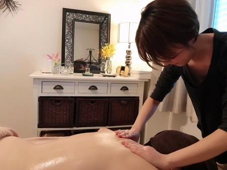 東京リラックセーションアカデミースクールブログ。ボディセラピストコース伊澤さんの施術写真