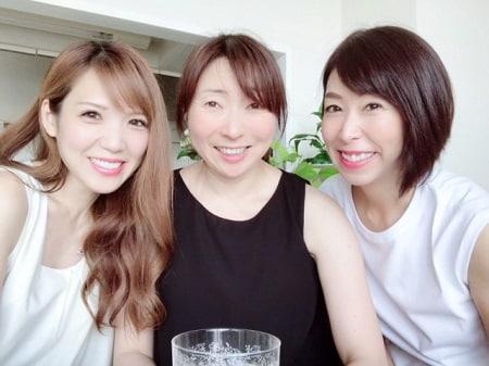 東京リラックセーションアカデミースクールブログ。ボディセラピストコース在校生染井さんとリンパケアリストコース卒業生安島さんとの記念写真