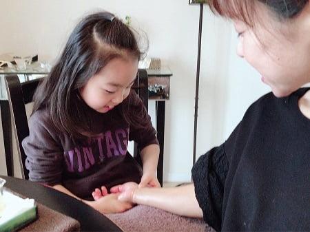 東京リラックセーションアカデミースクールブログ。ハンドマッサージ講習受講生彩世ちゃんの施術写真