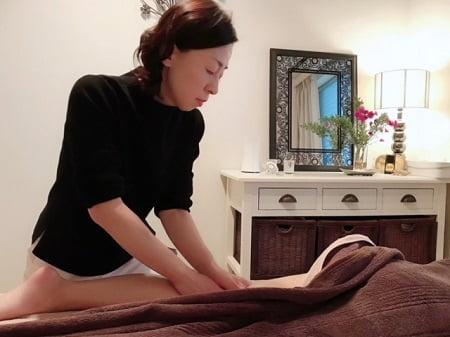 東京リラックセーションアカデミースクールブログ。ボディセラピストコース錦織さんの施術写真