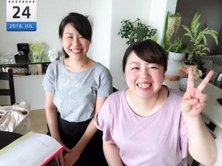 東京リラックセーションアカデミースクールブログ。リンパセラピストコース在校生篠崎さんとボディセラピストコース在校生関口さんの記念写真