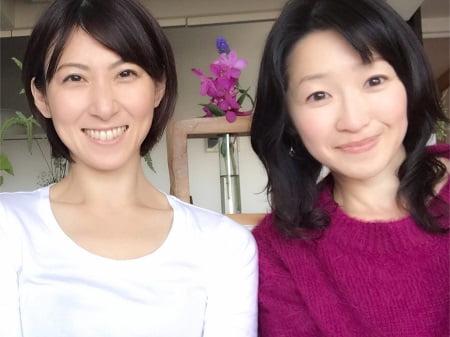東京リラックセーションアカデミースクールブログ。アロマセラピストコース卒業生伊藤さんとリンパケアリストコース卒業生山野井さんの写真