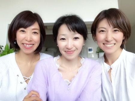 アロマセラピストコース卒業生伊藤さんとリンパケアリストコース卒業生山野井さんと3人の記念写真