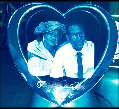 Gravure sur cœur en verre pour la fête des mères - couple
