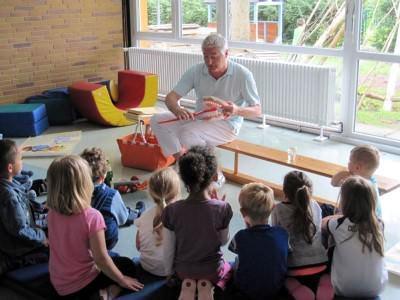 Dr. Becker betreut auch Kindergärten und zeigt bereits den Kleinen wie die Zähne richtig geputzt werden.