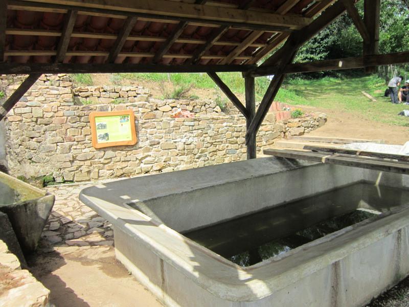 le bassin du lavoir en 2014...on y aperçoit le panneau explicatif lié à la boucle des sentiers retrouvés
