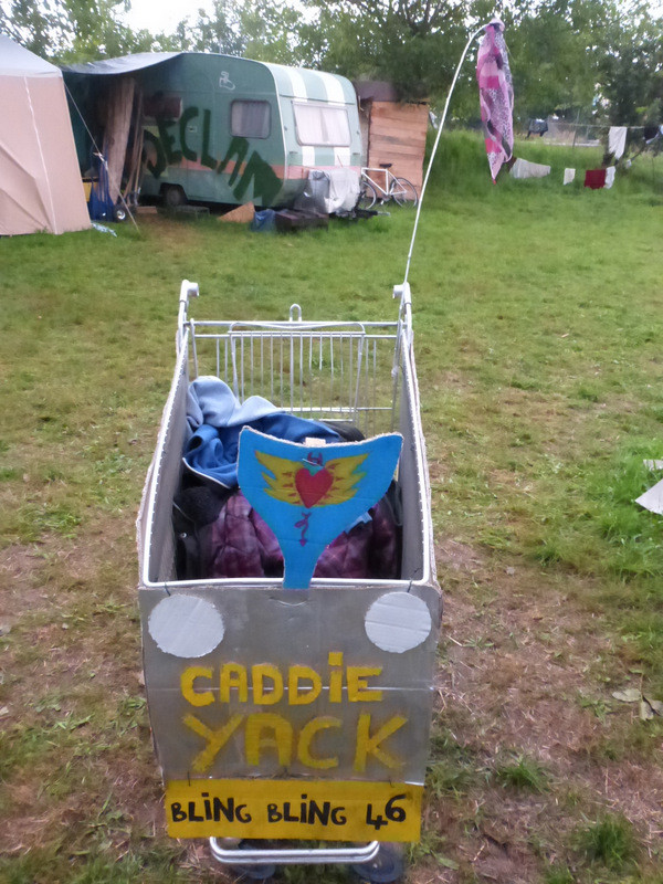 Un seul moyen de transport...notre Caddie Yack!