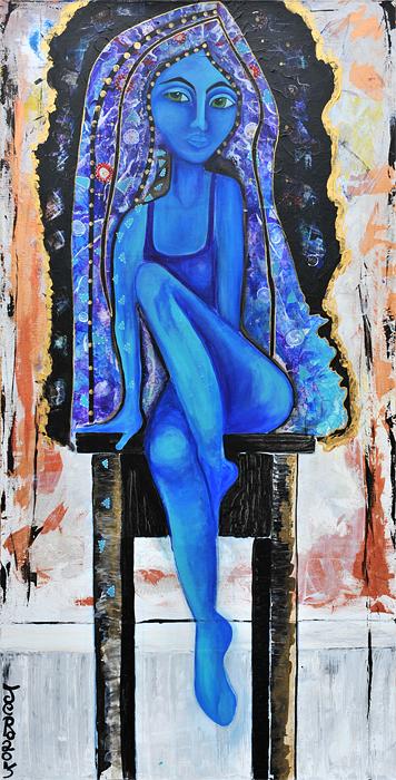 eine Frau sitzt auf einem Hocker, sie trägt die Farbe Blau, die blaue Frau steht für das Unterbewusstsein