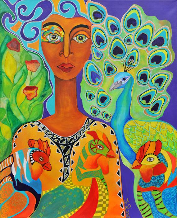 Eine Frau steht in einem Garten, um sie herum sind Hühner und ein Pfau.