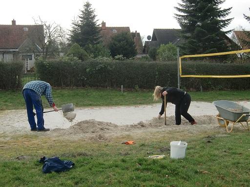 Das Beach-Volleyballfeld wird auf die Ursprungsgrüße gebracht.