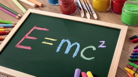 Tafel mit der Formel von Albert Einstein über Raum, Zeit und Geschwindigkeit.  E ist gleich mc hoch 2 Kleinigkeiten machen den Unterschied auch in der Kommunikation