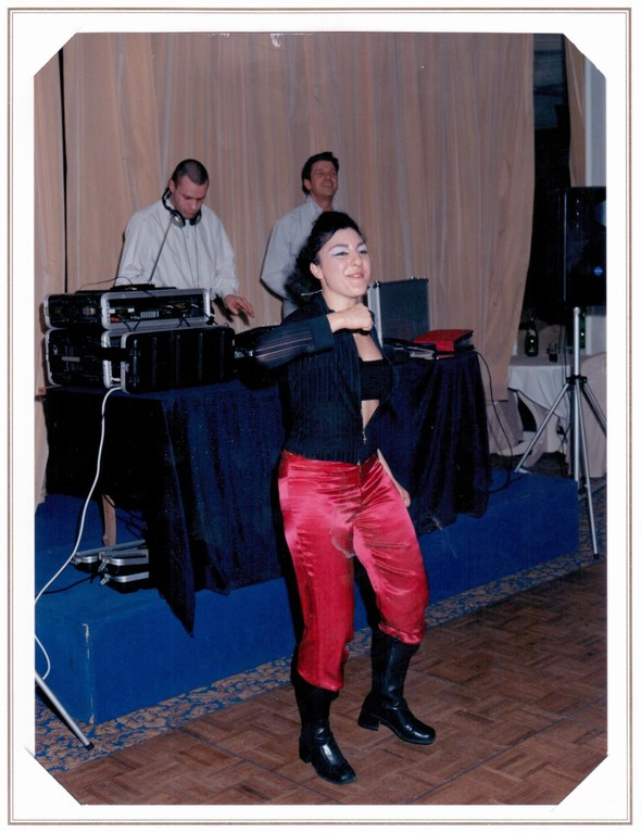 Stéphane dj à droite Danseuse pop au centre et à gauche Arnold chanteur généraliste