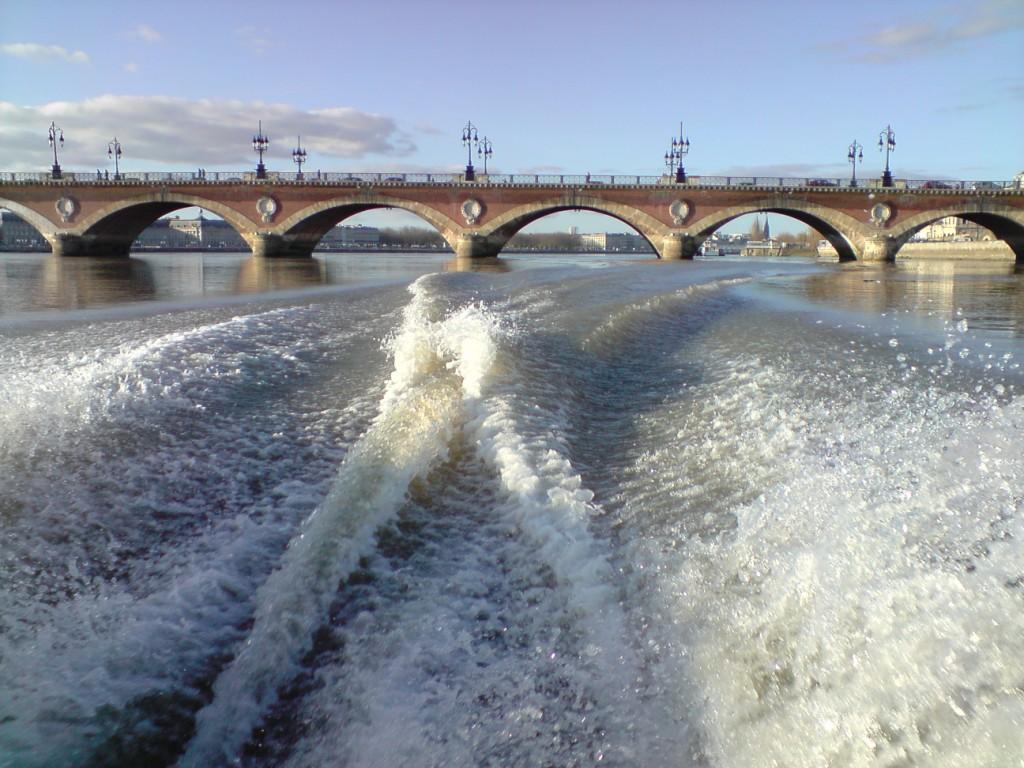 Le Pont de Pierre sépare le fluvial du maritime
