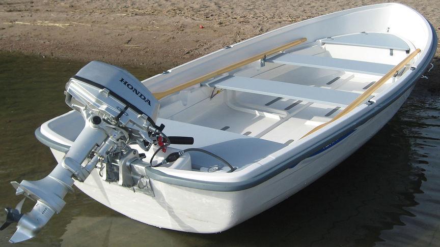 Achten Sie auf Ihren Propeller und Ihren Motor - Zur Vermeidung von Propellerschäden können Sie den Schaft in Ufernähe nach vorne neigen. Wenn Sie wieder weiterfahren möchten, ermöglicht eine Feder das sichere Einrasten.
