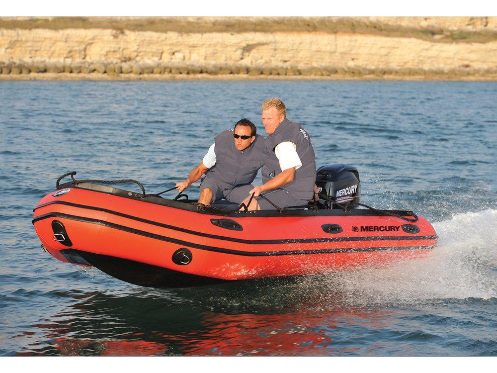 Groß und kühn Die Heavy-Duty-Serie nimmt es mit den härtesten Gewässern auf. Stark gebaut für harte Bedingungen und große Motoren können diese Schlauchboote bis zu 30-PS-FourStroke bewältigen. Stabilität unter allen Bedingungen für den Profi oder Anfänger