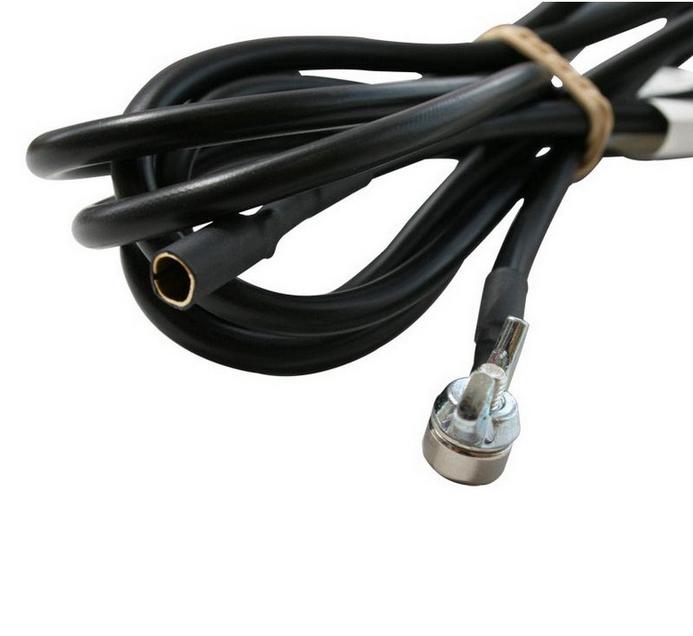 Câble aimanté de mise à la terre pour lampes ou autres objets à carcasse métallique, avec douille cylindrique