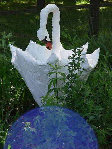 Лебедь изготовлен из старого зонтика и пластиковых пакетов