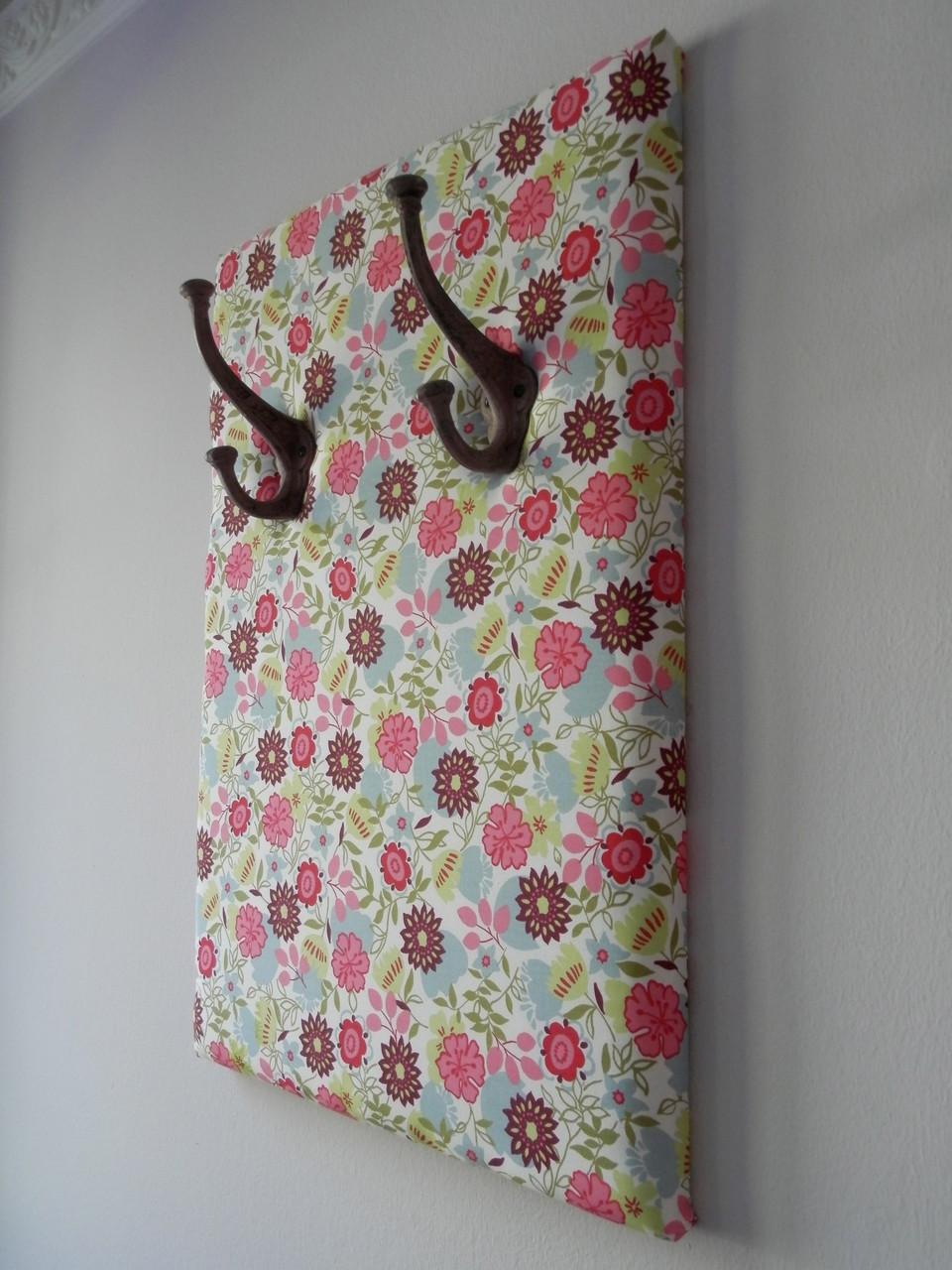 Garderobenhaken im Einklang mit dem Stoffmustern.