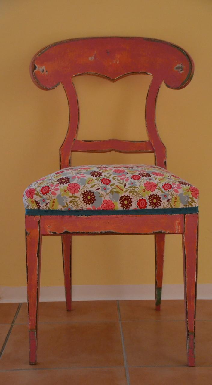 Die Stühle wurden frisch lackiert, aufgepolstert und mit neuem Stoff bezogen