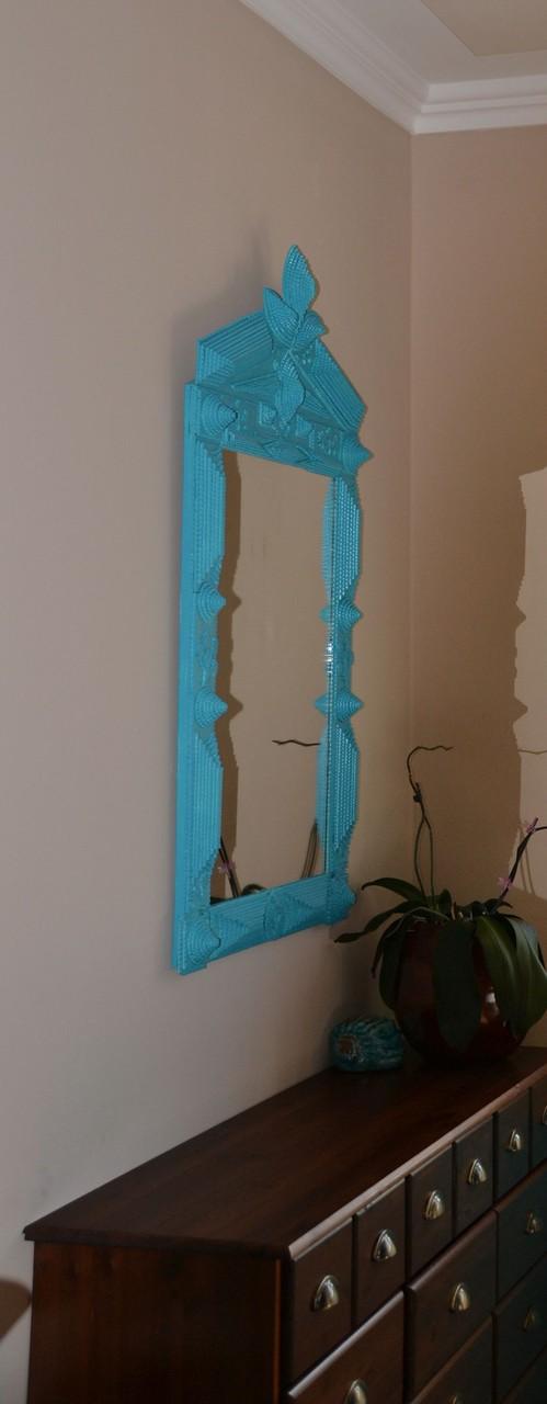 Frisch lackierter Spiegel passend zum Garderobenbrett.