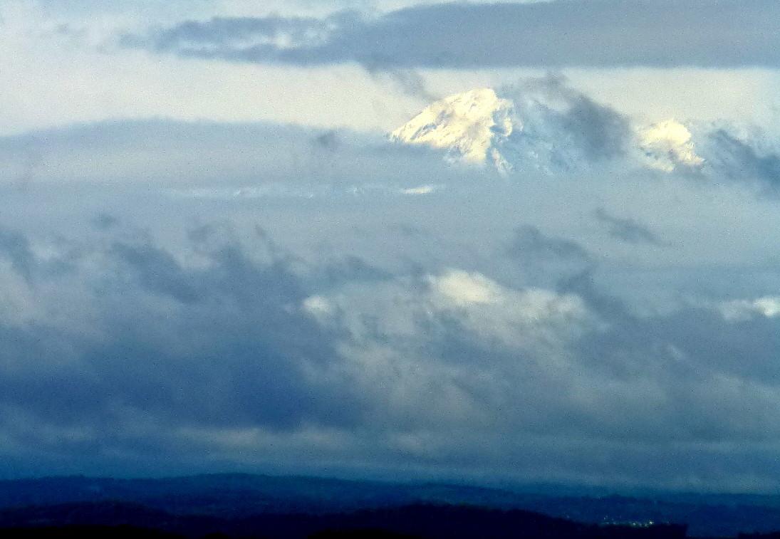 au loin, les pyrénées au-dessus des nuages