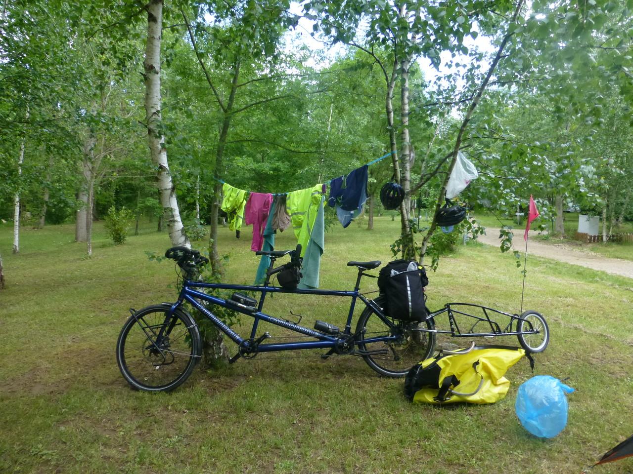 Camping et étendage après la pluie