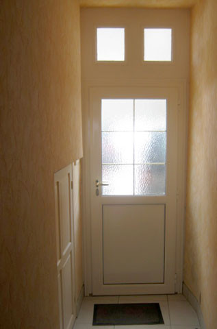 Remplacement d'une porte d'entée en bois par une porte d'entrée en alu.