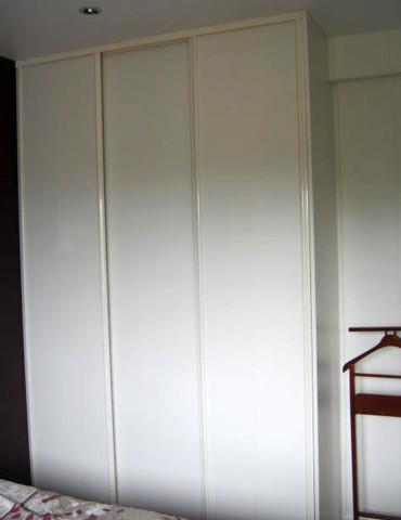 Dressing avec des portes coulissantes imitation cuir.