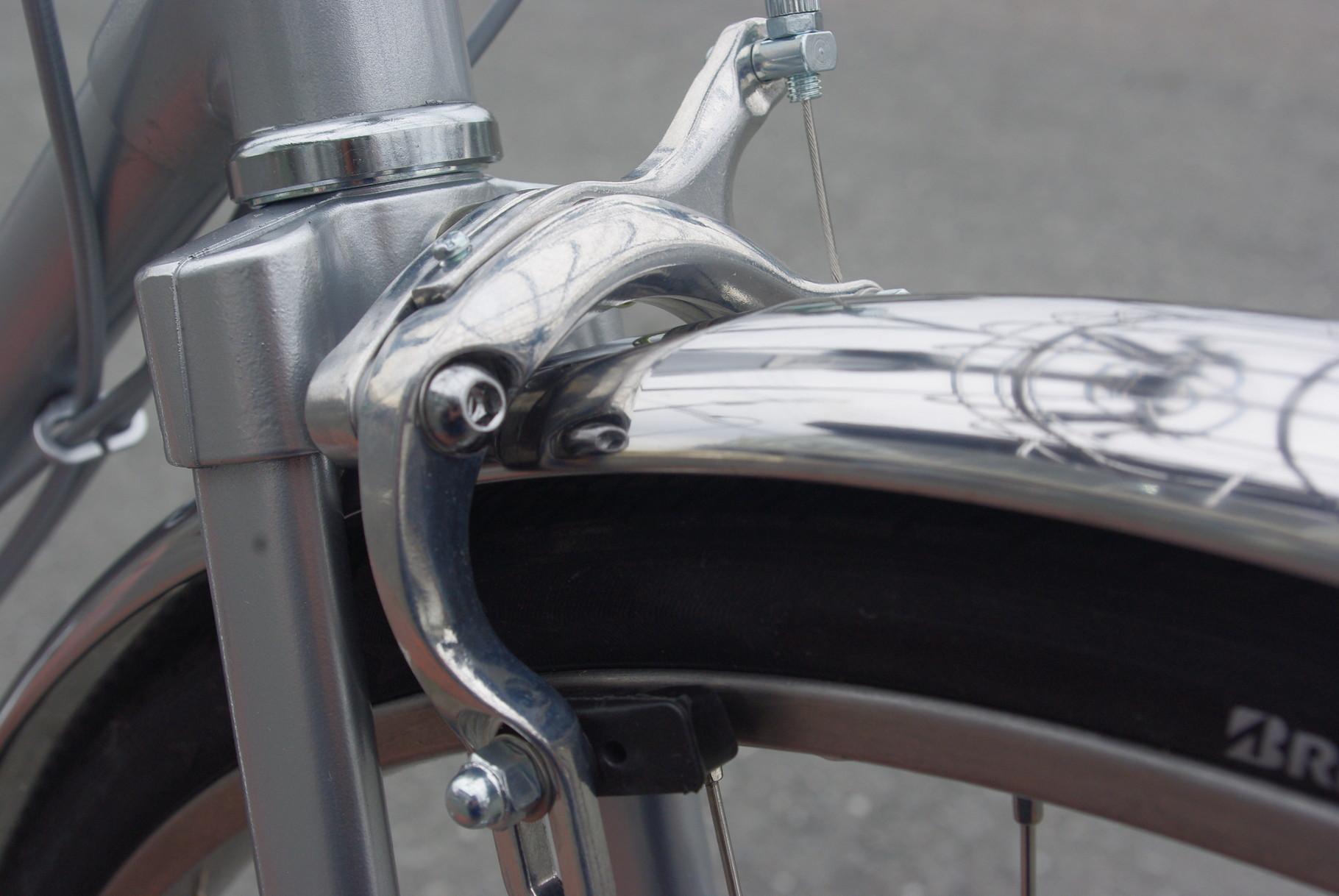スポーツバイクに採用されているデュアルピボットブレーキキャリパー。弱い握力でも軽く、しっかりブレーキ制御が可能です。これを使うともう、今までのブレーキが重くって重くって・・・
